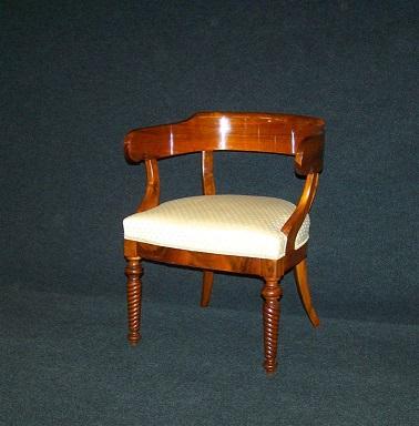 Antike Stühle und Tische im Antik-Zentr