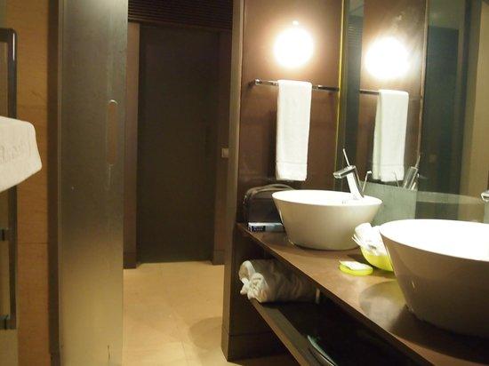 Badezimmer (Türen und Spiegel verschmiert, Haare!) - Picture of .