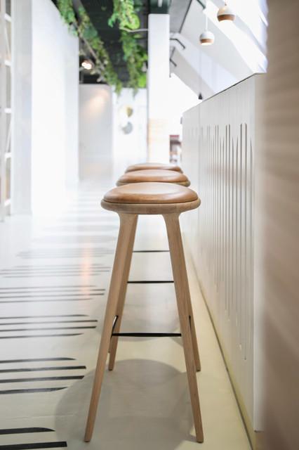 Design Barhocker HIGH STOOL mit Holz und Leder von Mater .