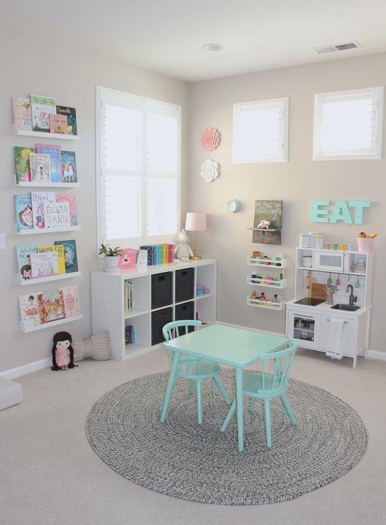 organisiere Kinder & # 39; Spielzeug in einem Spielzimmer .