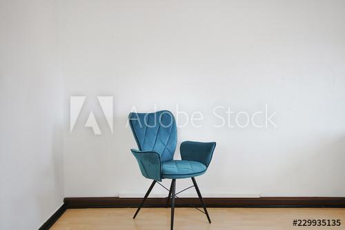 Blauer und weißer Stuhl