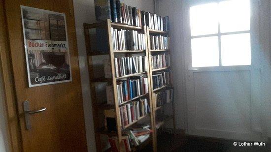 Bücherregal zum Zeitvertreib - Picture of Cafe Landlust .