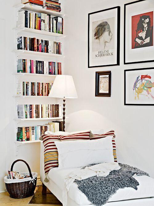 Weiße kleine Bücherregale des Konvois, Kunstfarbe knallt. Textur .