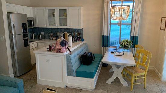 Kleine Küche und Essbereich in der Cottage - Picture of Sunset Key .