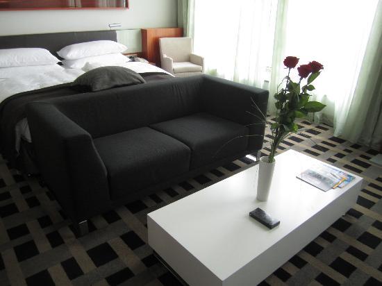 Bett mit Couch davor - Picture of InterContinental Berlin .