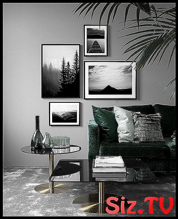 Wohnraum mit gedeckten Farben, graue Wand, dunkelgrünes Sofa .