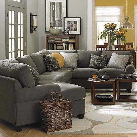 Graue Wände, dunkelgraue Couch und dunkle Holzmöbel | Wohnzimmer .