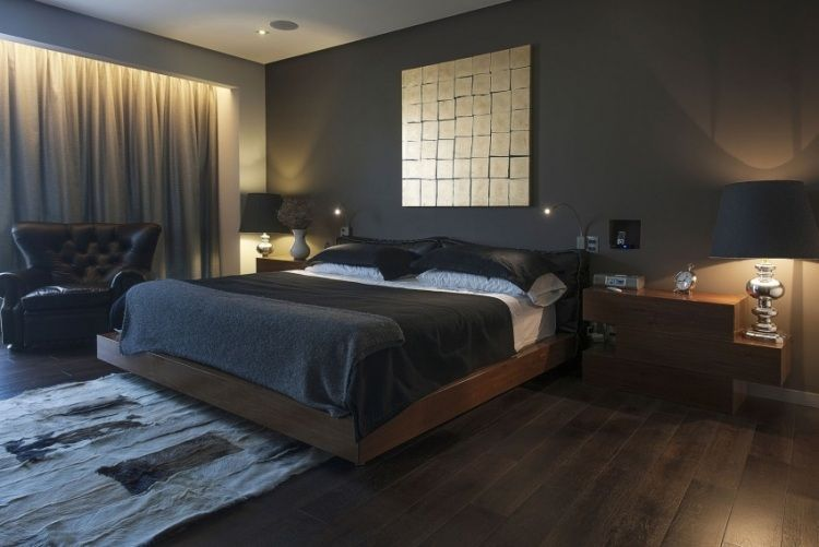 Wandfarbe Anthrazit im Schlafzimmer und dunkle Holzmöbel .