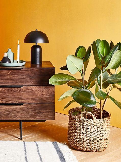 Lange Zeit hieß es, dunkle Holzmöbel würden altmodisch, überladen .