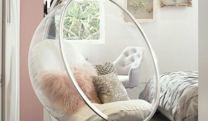 Cocooning-Raum, Eierstuhl, Holzboden, Blick auf den Garten .