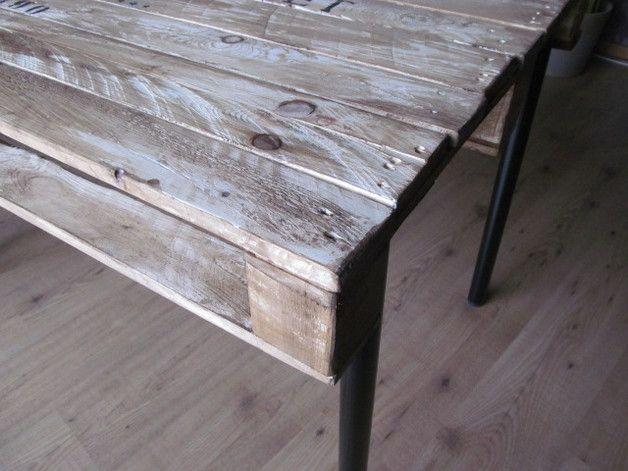 einzigartiger Esstisch aus einer alten Industriepalette. Aufwendig .