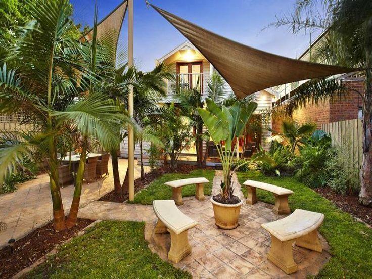 Tropische Gartengestaltung mit Pflastersteinen mit Essbereich im .