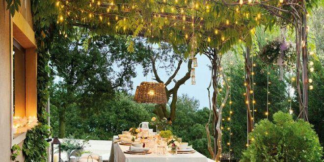 Essbereich im Freien unter einer mit Weinreben bewachsenen Pergola .