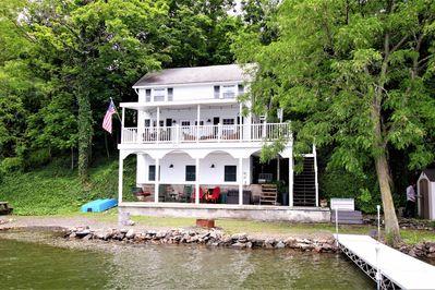 Einladendes Haus am Wasser mit Dock, Essbereich im Freien und .