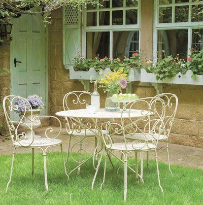 Wunderschöner Essbereich im Freien | Gartensessel, Gartentisch und .