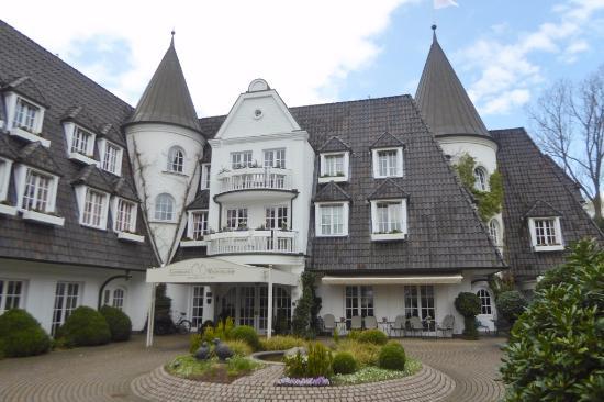 Prämiertes Gebäudedesign - Picture of Hotel Landhaus Wachtelhof .