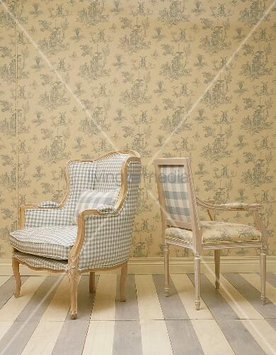 Zwei Sessel Rücken an Rücken vor … – Buy image – 00341863 .
