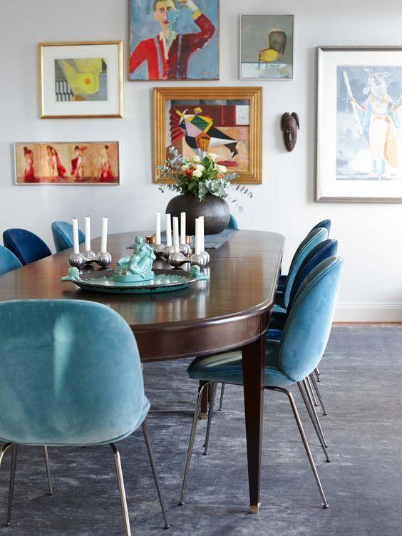 Blaue und türkis gepolsterte Stühle schaffen eine Stimmung in .