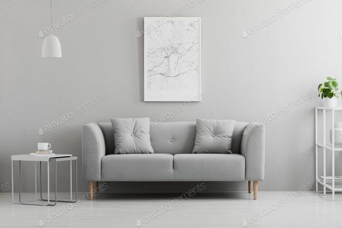 Poster über graue Couch im minimalen Wohnzimmer Interieur mit lam .