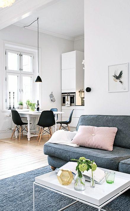 Pink white grey - graues Sofa mit rosa Kissen im Wohnzimmer .