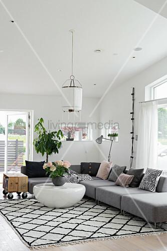 Graues Sofa auf Teppich mit Rautenmuster … – Bild kaufen .