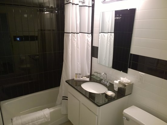 Das relativ große und optisch ansprechende Badezimmer. Duschgel .