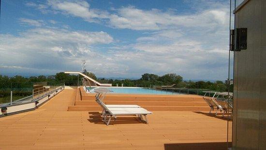 große Pool mit kostenlosen Liegen & Sonnenschirmen - Picture of .