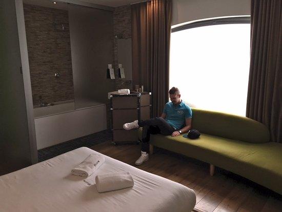 IZen Room, mit Jacuzzi , Rainforrest Dusche, großes Sofa - Picture .