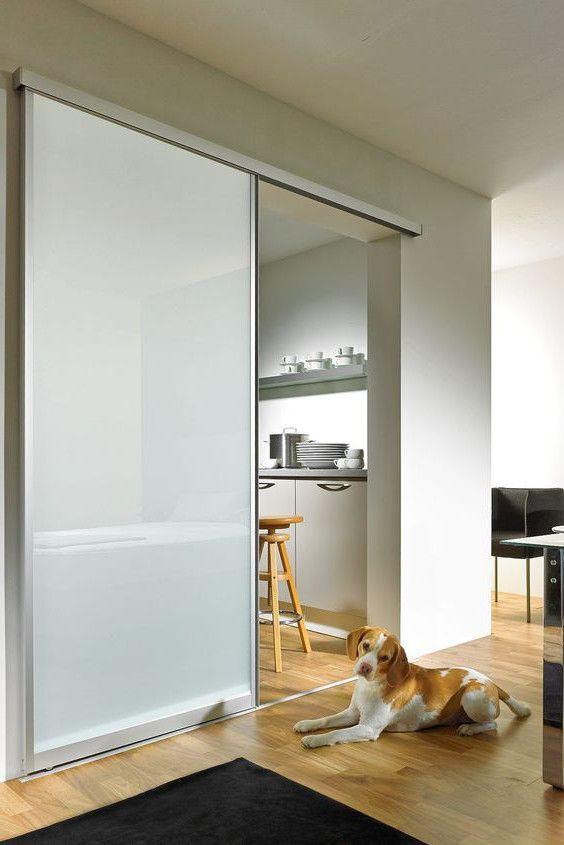 Glasschiebetür mit Aluminiumrahmen und Milchglas. Schiebetür .