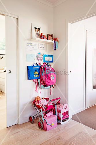 Kindergarderobe, darunter Spielsachen … – Buy image – 12473909 .