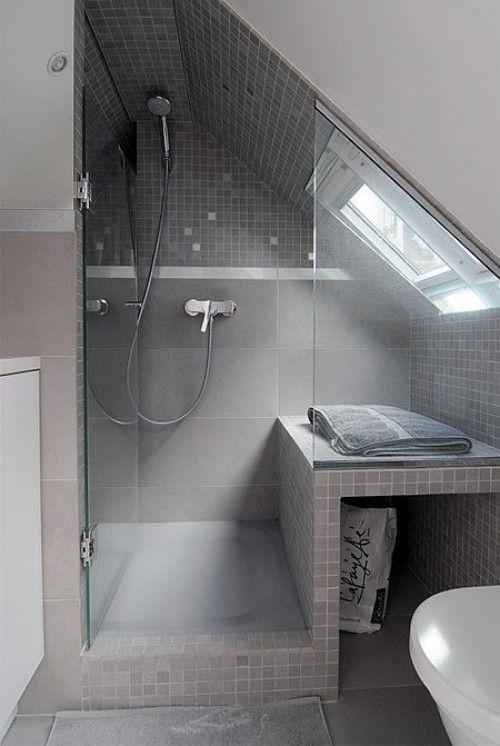 Klasseneinteilung für ein kleines Badezimmer mit Dachschrägen in .