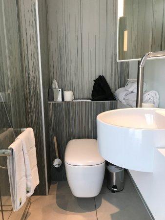 kleines Badezimmer, aber sehr stylish. - Picture of OKKO Hotels .