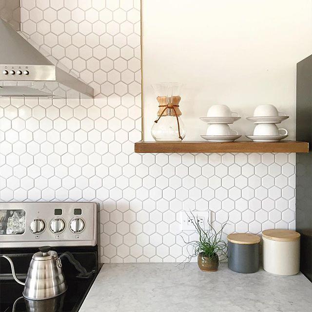 White hexagon tile backsplash (con imágenes) | Cocinas azulejos .
