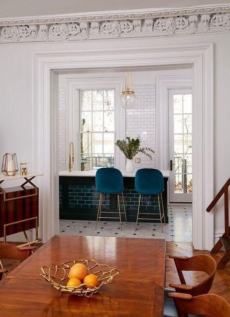 Auffällige Küchenfliesen, kunstvolle Formteile, Holzdekor und .