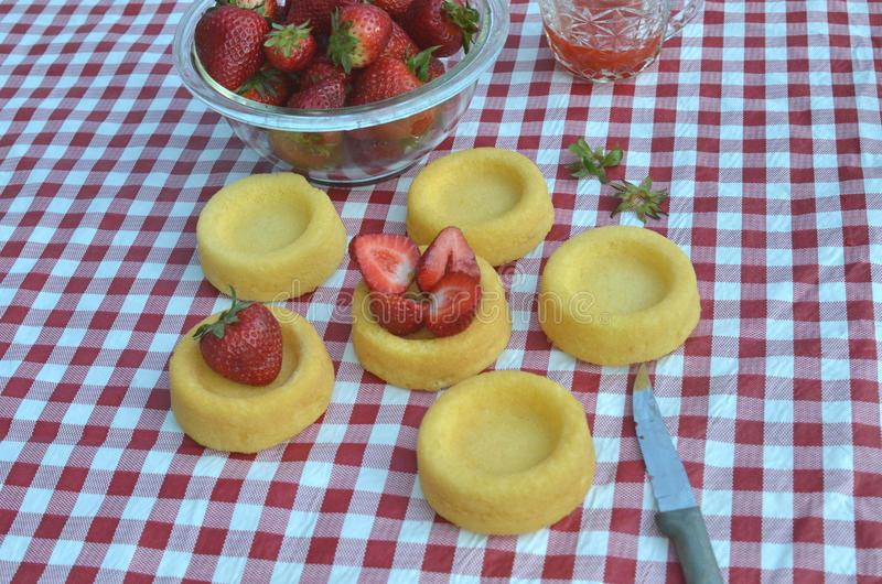 Kuchenoberteile Mit Frischen Erdbeeren Und Erdbeerglasur Stockbild .
