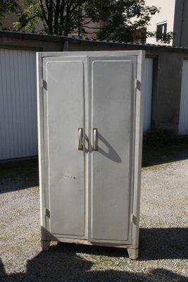 Französischer industrieller Mid-Century Küchenschrank aus Metall .