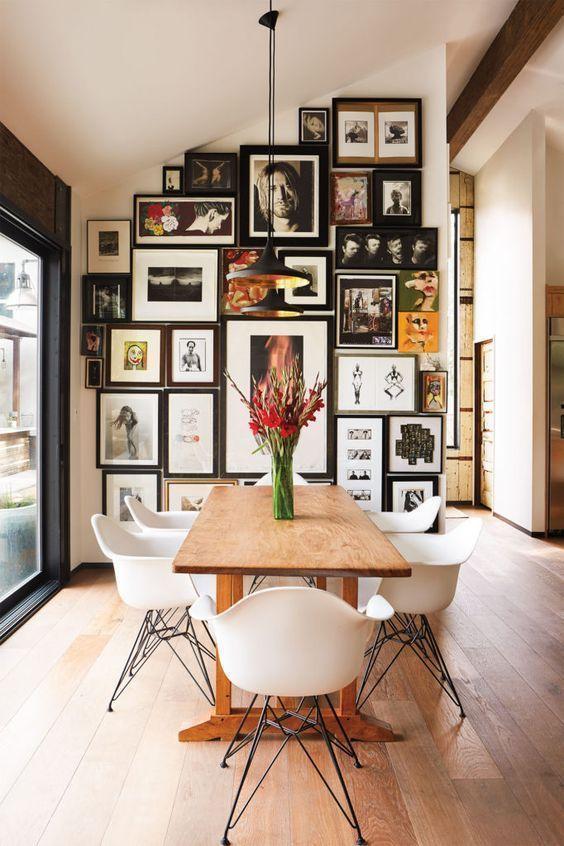 Moderner Küchentisch und Stühle mit voller Galeriewand .