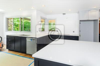 Kundenspezifische küchenschränke installiert. eingebaute quarz .
