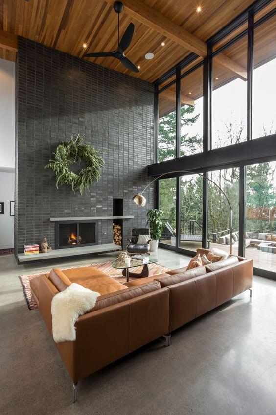 Ein modernes offenes Loft Wohnzimmer mit einer schicken Ledercouch .