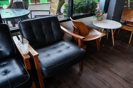 Weinlese-Luxus-Sessel Und Lampe Auf Weißem Hintergrund Lizenzfreie .