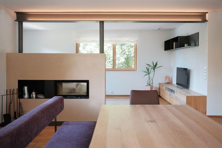 Modernes, minimalistisches Wohnzimmer mit beleuchteten und in .