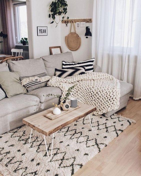 Skandinavisches Wohnzimmer, gemusterter Teppich, minimalistisches .