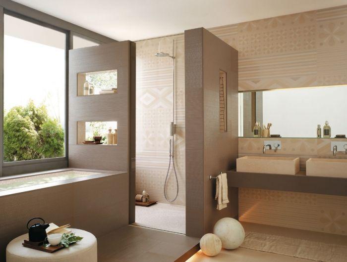 Ideen für ein modernes Badezimmer Design mit praktischen Fliesen .