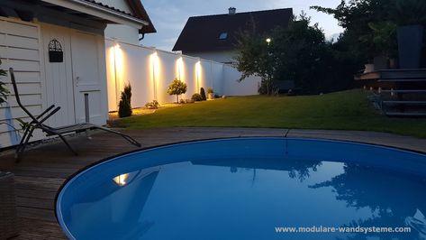Modulare Wandsysteme Sichtschutz an einem Pool mit Beleuchtung .