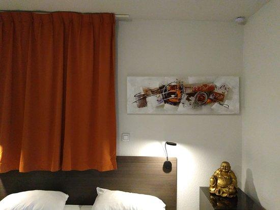 Nachttische staubig, Boden schmutzig. - Picture of Apart'Hotel .