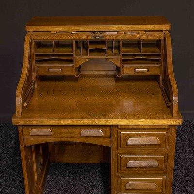 Antiker Schreibtisch aus Eiche mit Rolltop von Globe Wernicke bei .