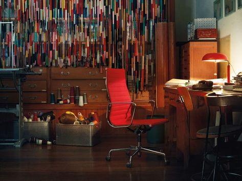 Vitra EA 117, Ausführung in Leder | Möbel berlin, Roter bürostuhl .