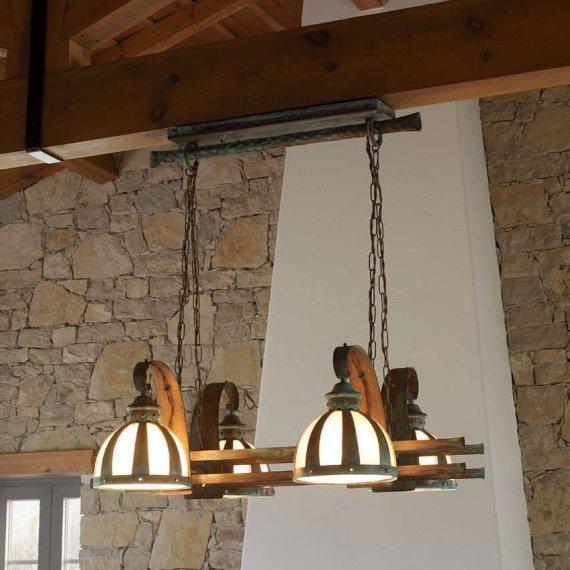 Rustikale Balkenlampe zur Beleuchtung in rustikalem Ambiente .