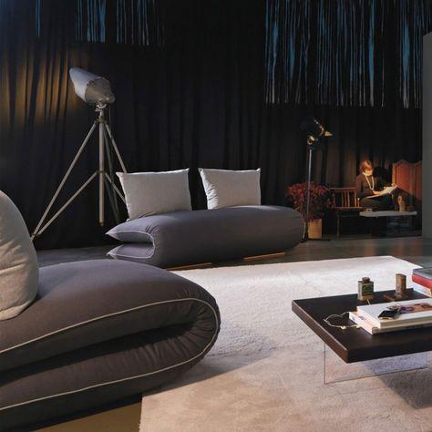 Schlafsofa in Grau für ein modernes und funktionales Wohnzimmer .