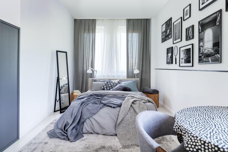 Schlafzimmer-in-grau-mit-Gallerie-Wand-in-Schwarz-weiß.jpg - Decor .
